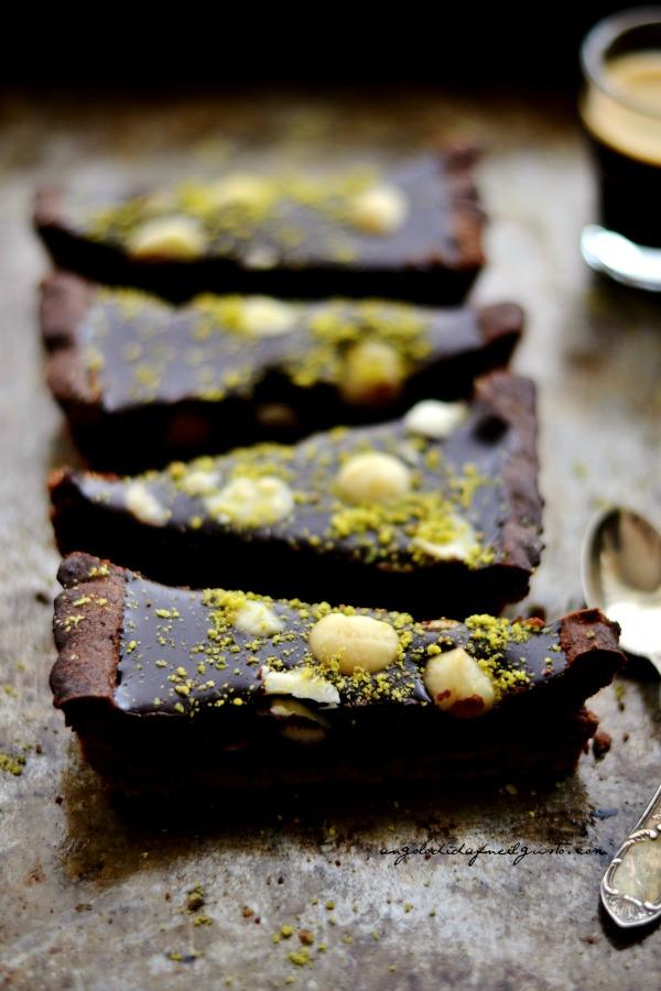 Tarte al cioccolato e mou con noci di macadamia e pistacchi8