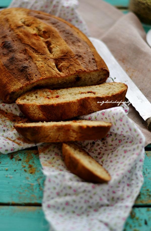 Pane alla segale con pomodori secchi, olive taggiasche e rosmarino (2)