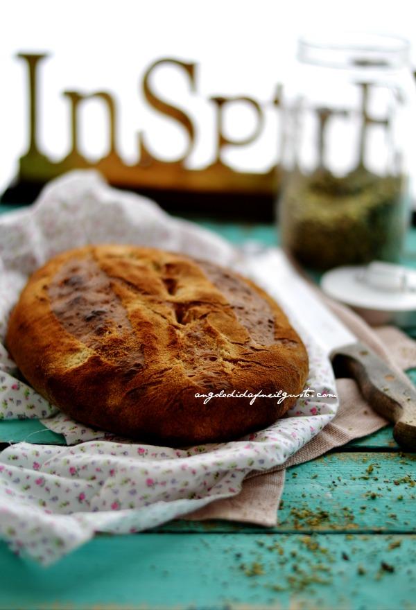 Pane alla segale con pomodori secchi, olive taggiasche e rosmarino
