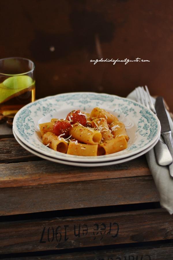 Rigatoni con pomodorino scoppiato e ricotta salata