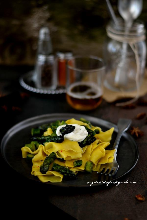 Pappardelle allo zafferano con asparagi speziati e stracciatella