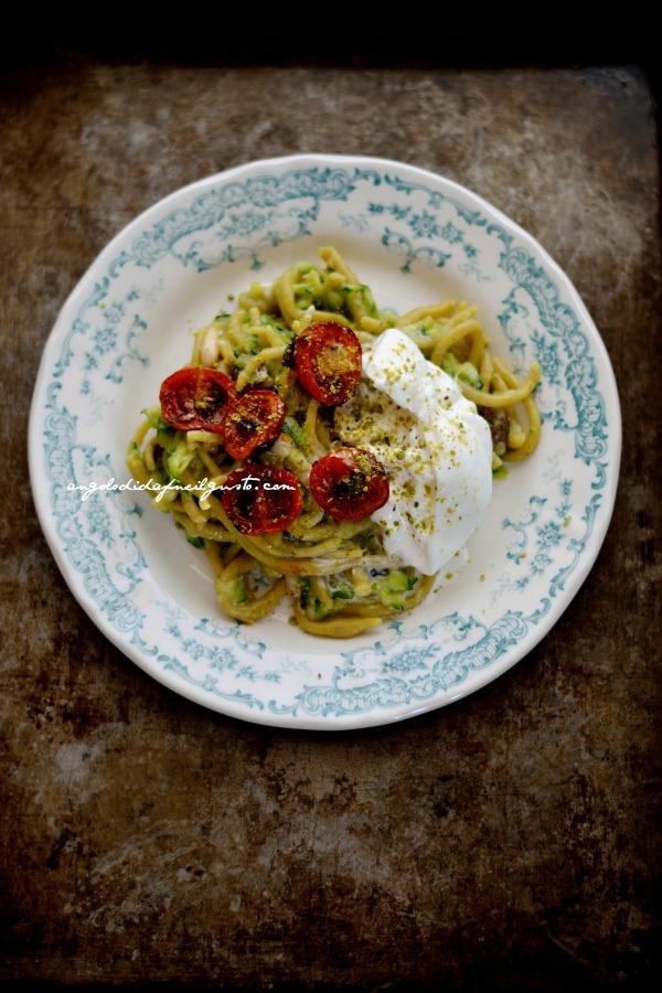 Spaghettoni curry e pistacchi con zucchine pomodori confit e burrata