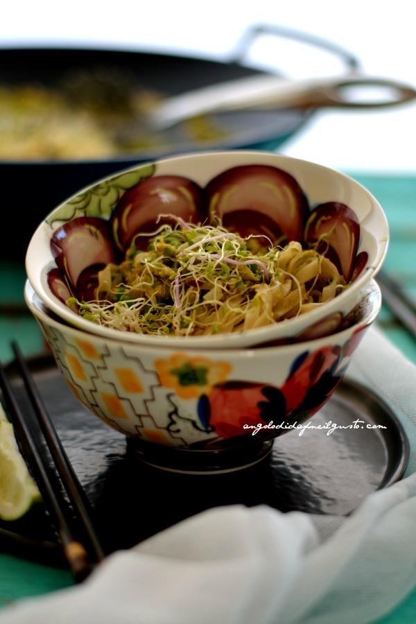 Noodles di riso con zucchine, uova e piselli