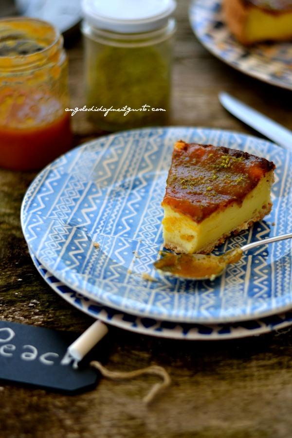 Tarte au fromage blanc con confettura di pesche e granella di pistacchi