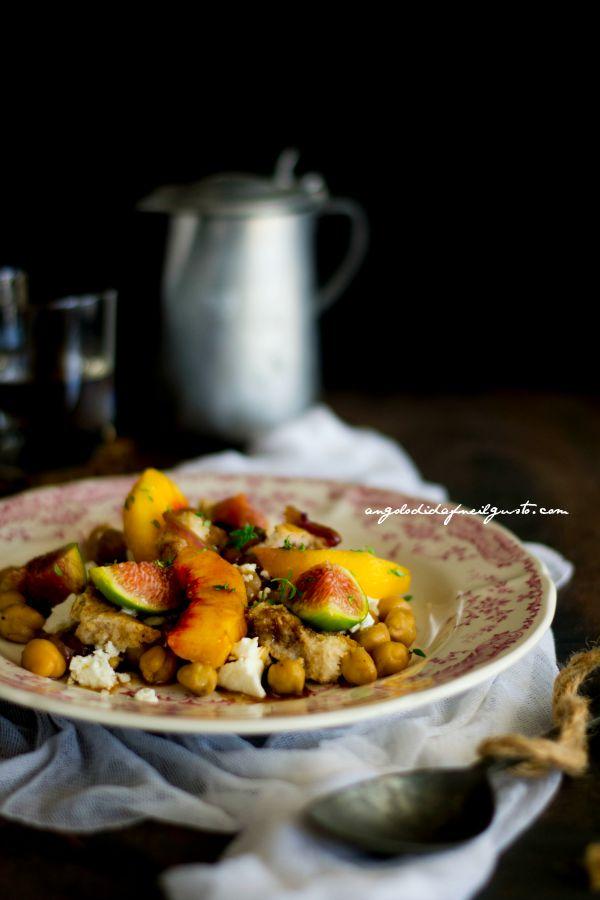 Insalata di ceci, pesca e fichi con cipolle caramellate, frisa e feta (3)