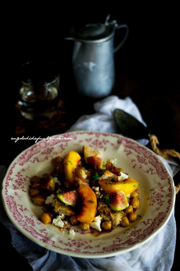 Insalata di ceci, pesca e fichi con cipolle caramellate, frisa e feta (5)