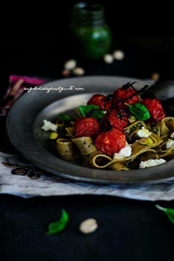 Pappardelle integrali con pesto di basilico, pistacchi e limone, pomodorini e ricotta (2)