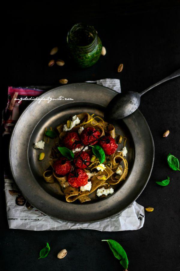 Pappardelle integrali con pesto di basilico, pistacchi e limone, pomodorini e ricotta (3)