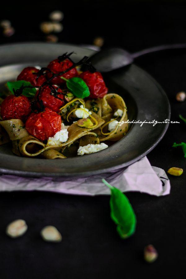 Pappardelle integrali con pesto di basilico, pistacchi e limone, pomodorini e ricotta