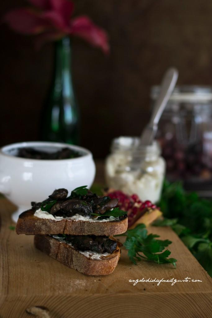 Crostoni con crema di robiola, miele e noci e funghi prataioli101