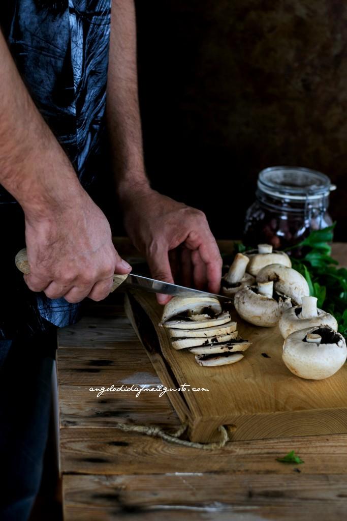 Crostoni con crema di robiola, miele e noci e funghi prataioli75
