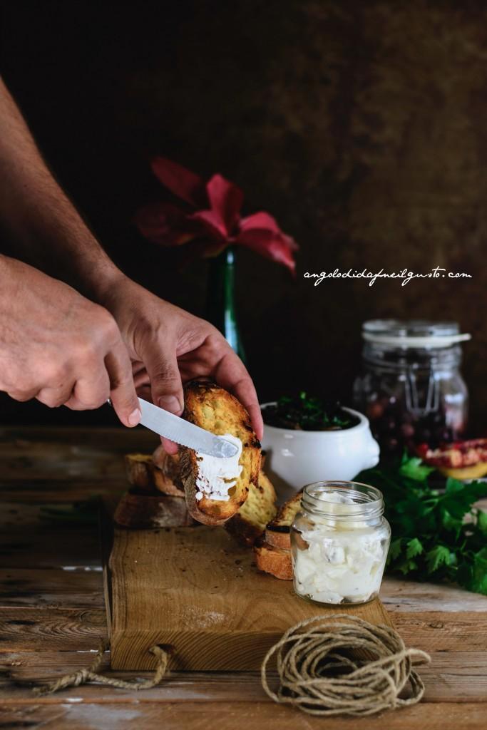 Crostoni con crema di robiola, miele e noci e funghi prataioli87