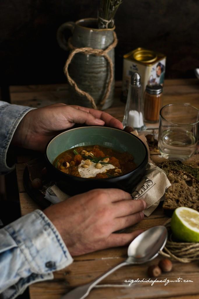 Zuppa di zucca, cannellini e porcini con nocciole 25