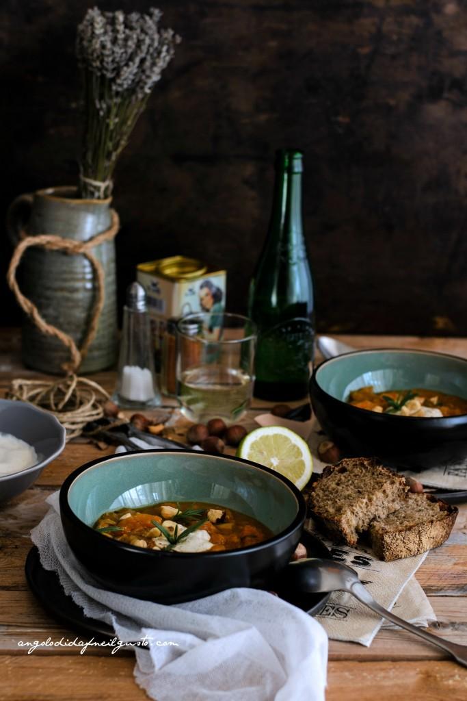 Zuppa di zucca, cannellini e porcini con nocciole 3