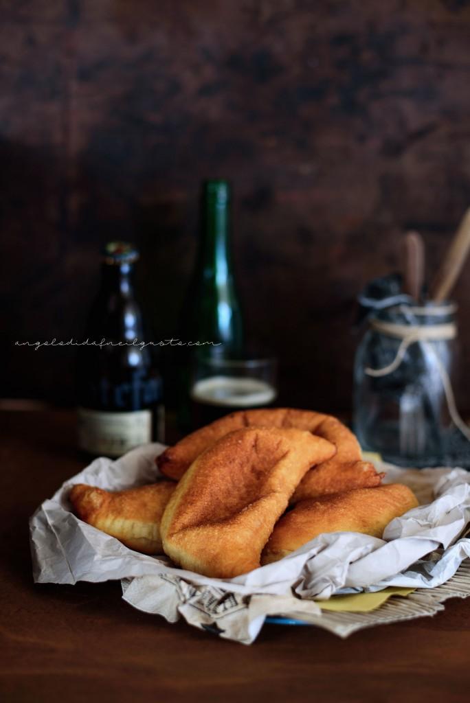 I panzerotti con pomodoro, mozzarella e alici sottolio145