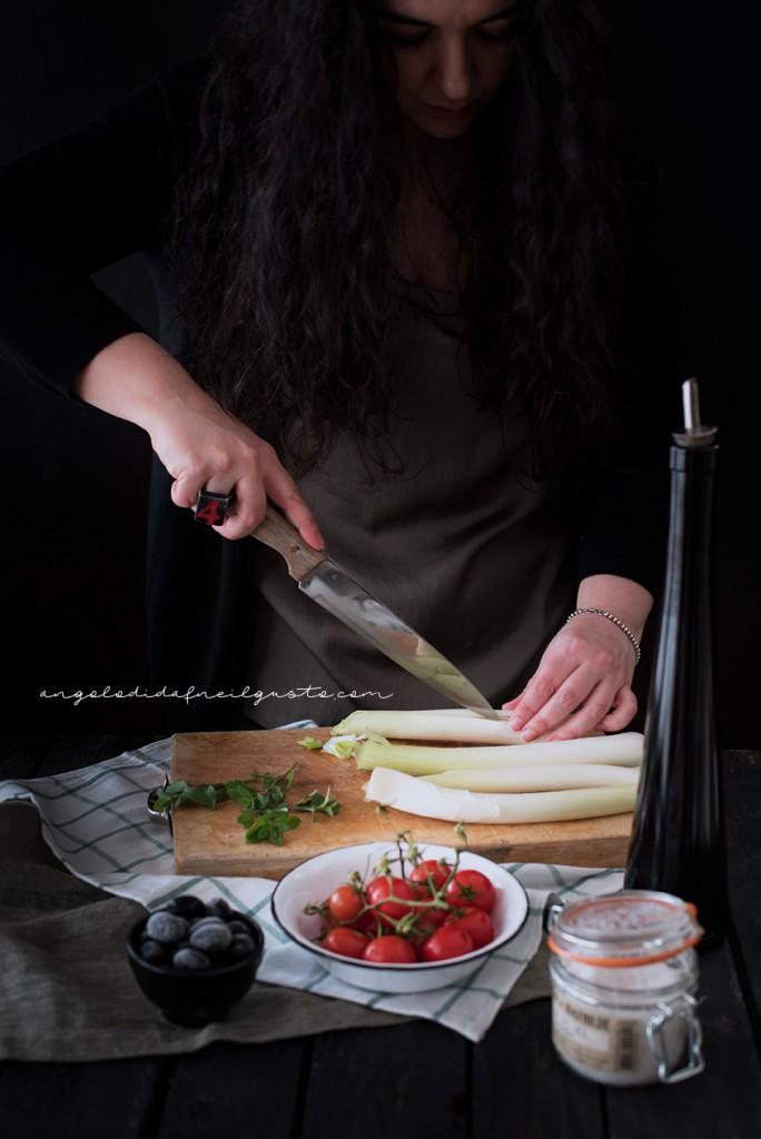 Crostoni con cipollotti, pomodorini, olive e stracchino_2867