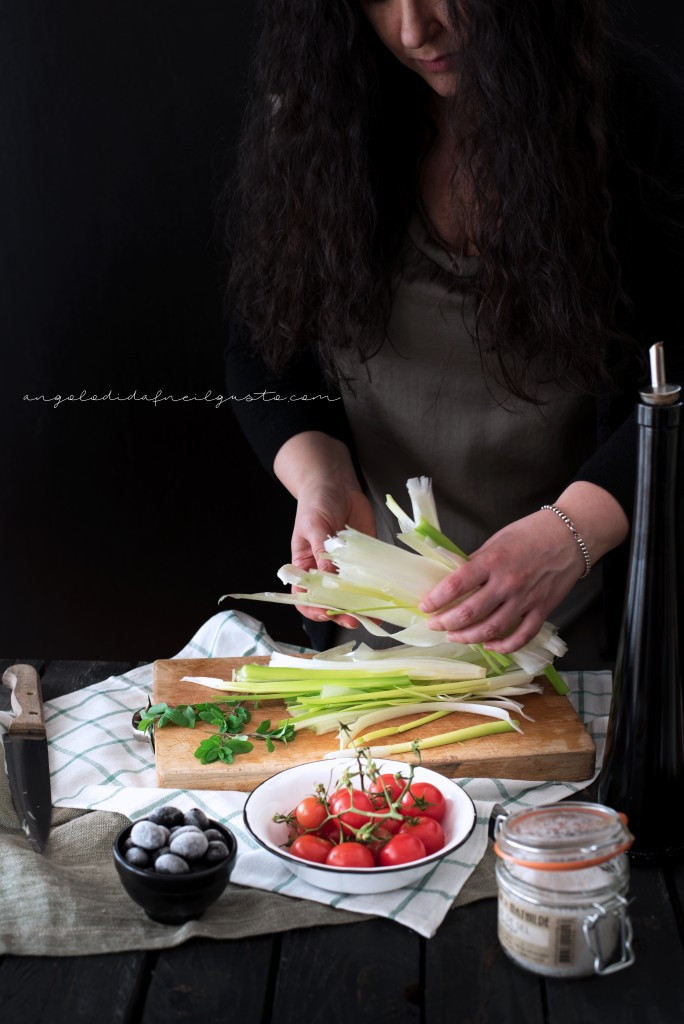 Crostoni con cipollotti, pomodorini, olive e stracchino_2876