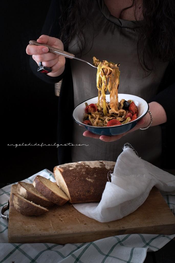 Crostoni con cipollotti, pomodorini, olive e stracchino_2968