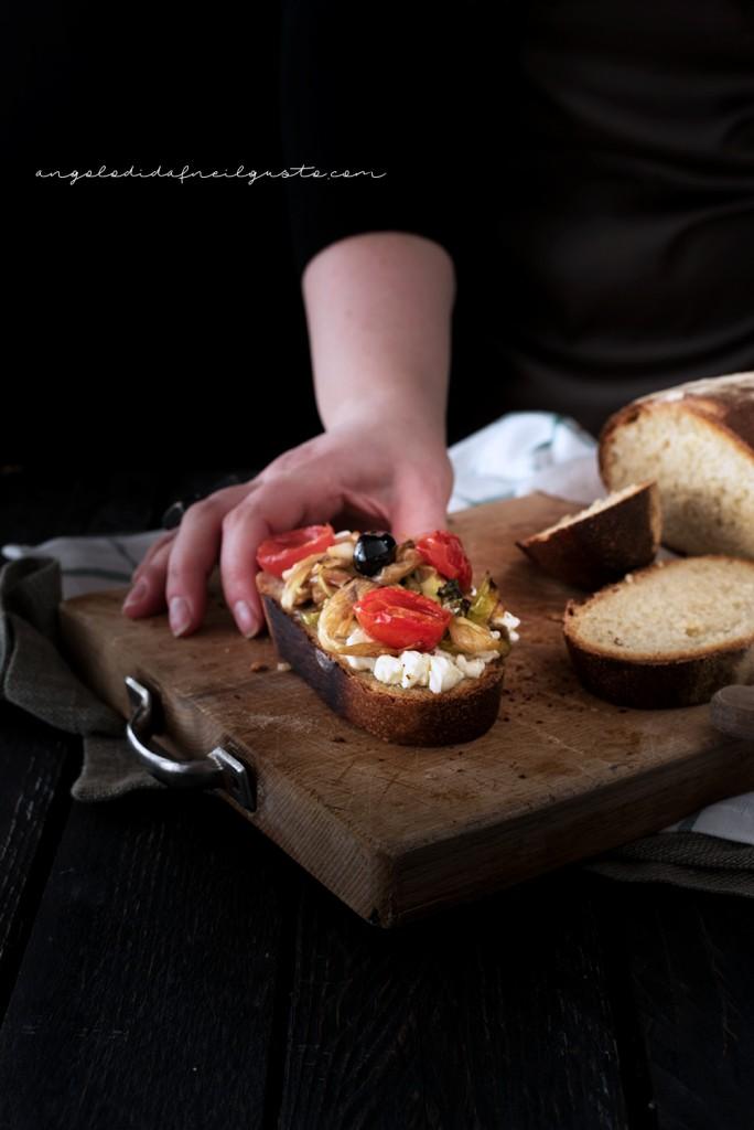 Crostoni con cipollotti, pomodorini, olive e stracchino_2976