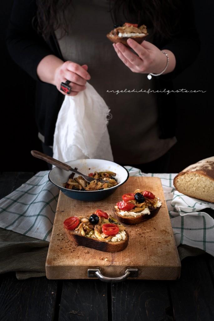 Crostoni con cipollotti, pomodorini, olive e stracchino_2997
