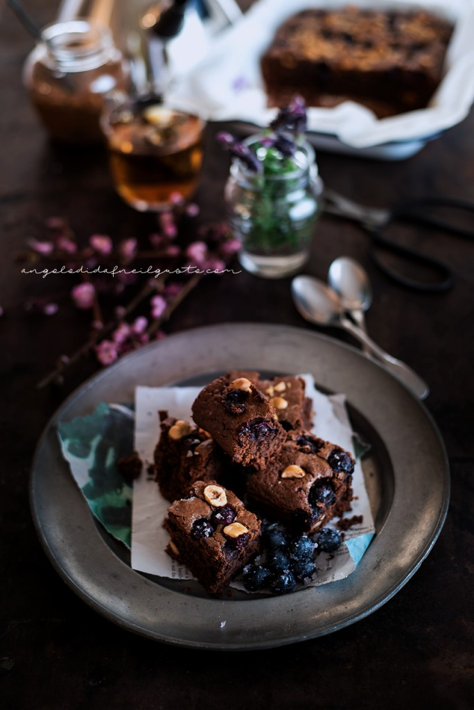 Brownies al cioccolato, cocco e avena con mirtilli e nocciole_3699
