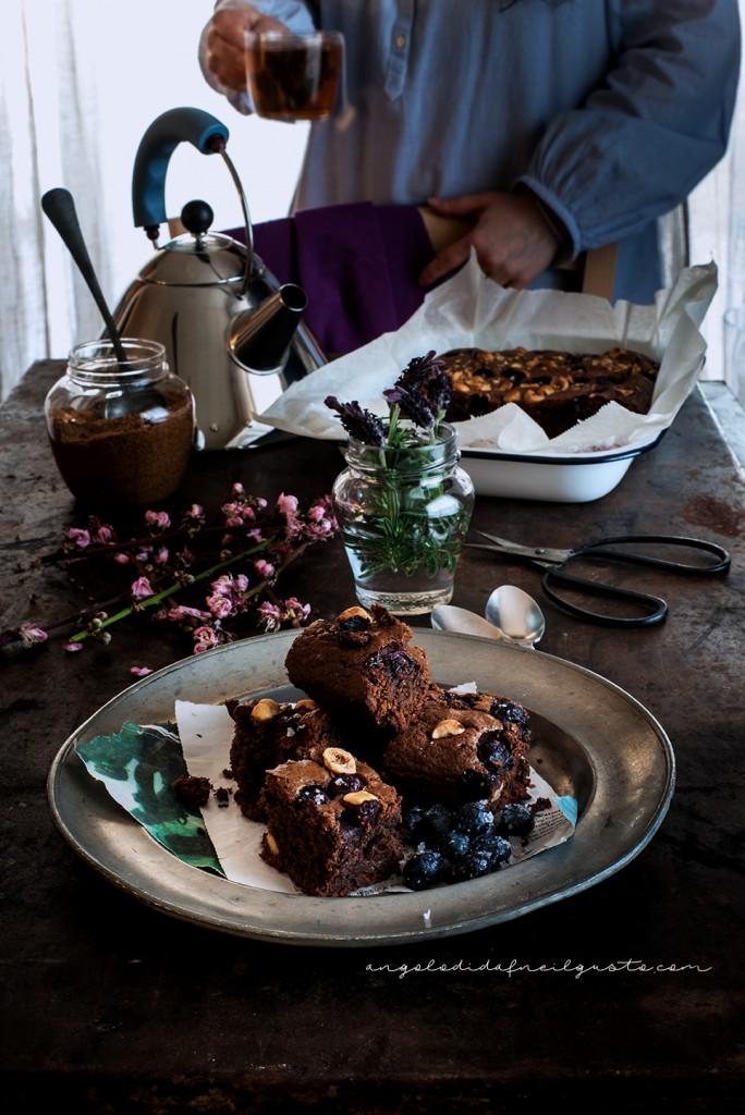 Brownies al cioccolato, cocco e avena con mirtilli e nocciole_3708