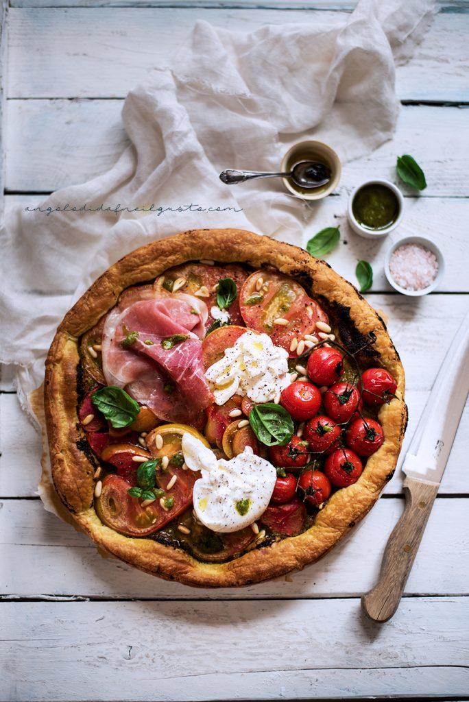 Finta pizza con pesto, pomodori, burrata e prosciutto crudo 57