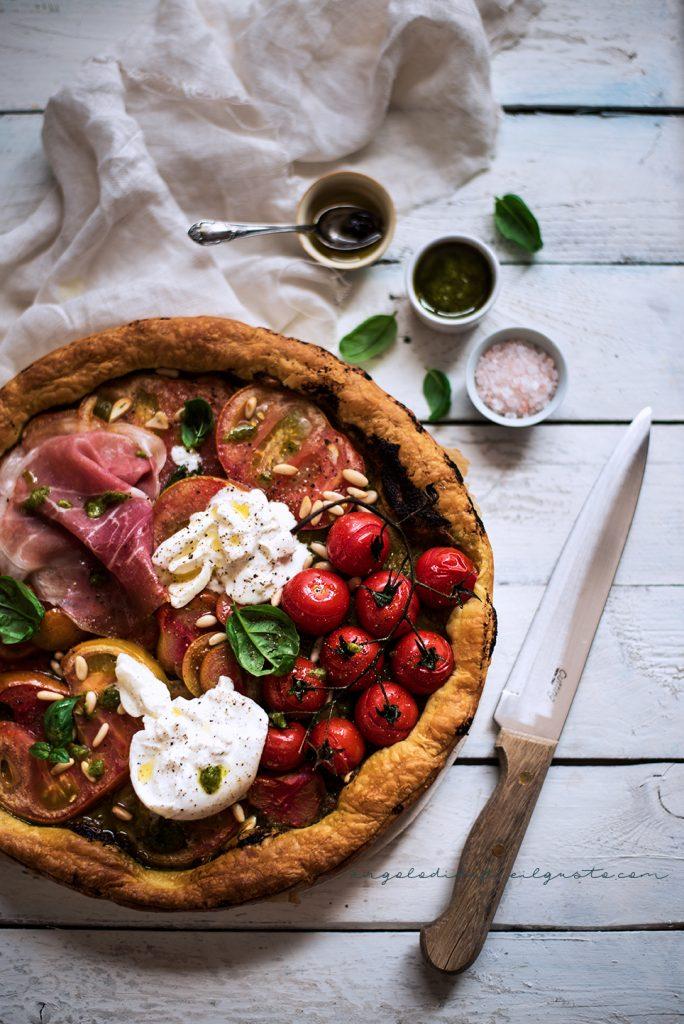 Finta pizza con pesto, pomodori, burrata e prosciutto crudo 58