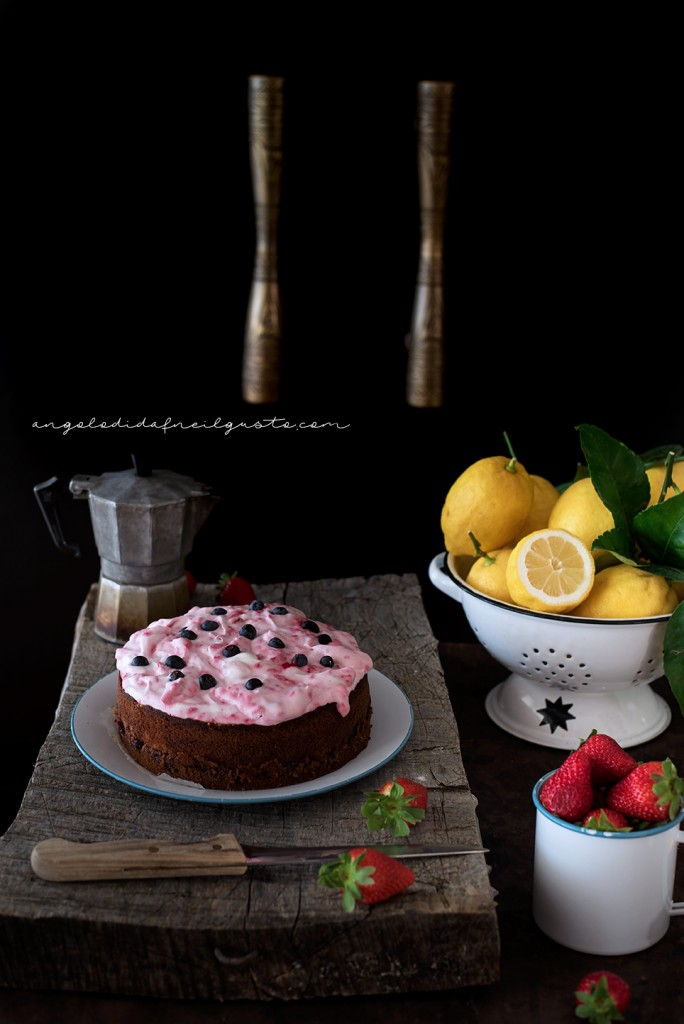 Torta con confettura di frutti rossi e frosting allo yogurt e lamponi72