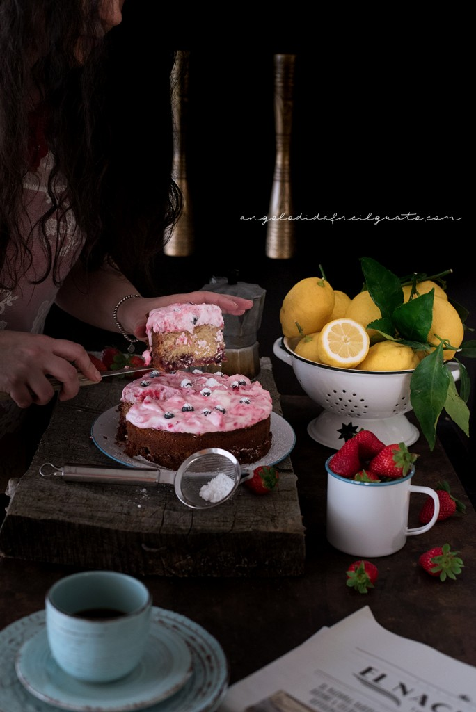 Torta con confettura di frutti rossi e frosting allo yogurt e lamponi82