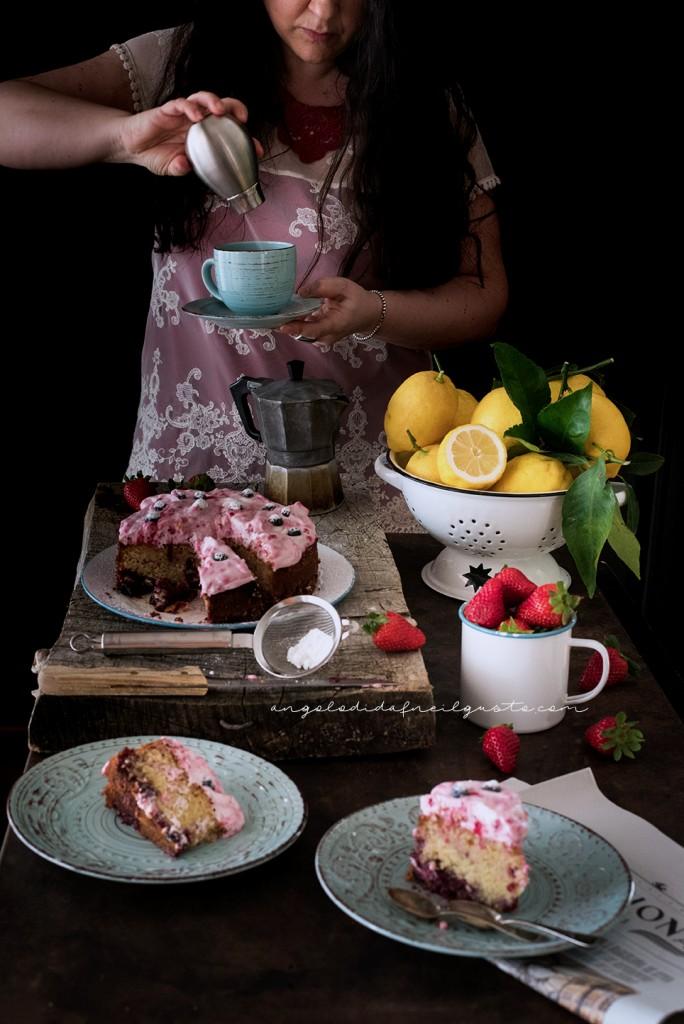 Torta con confettura di frutti rossi e frosting allo yogurt e lamponi91