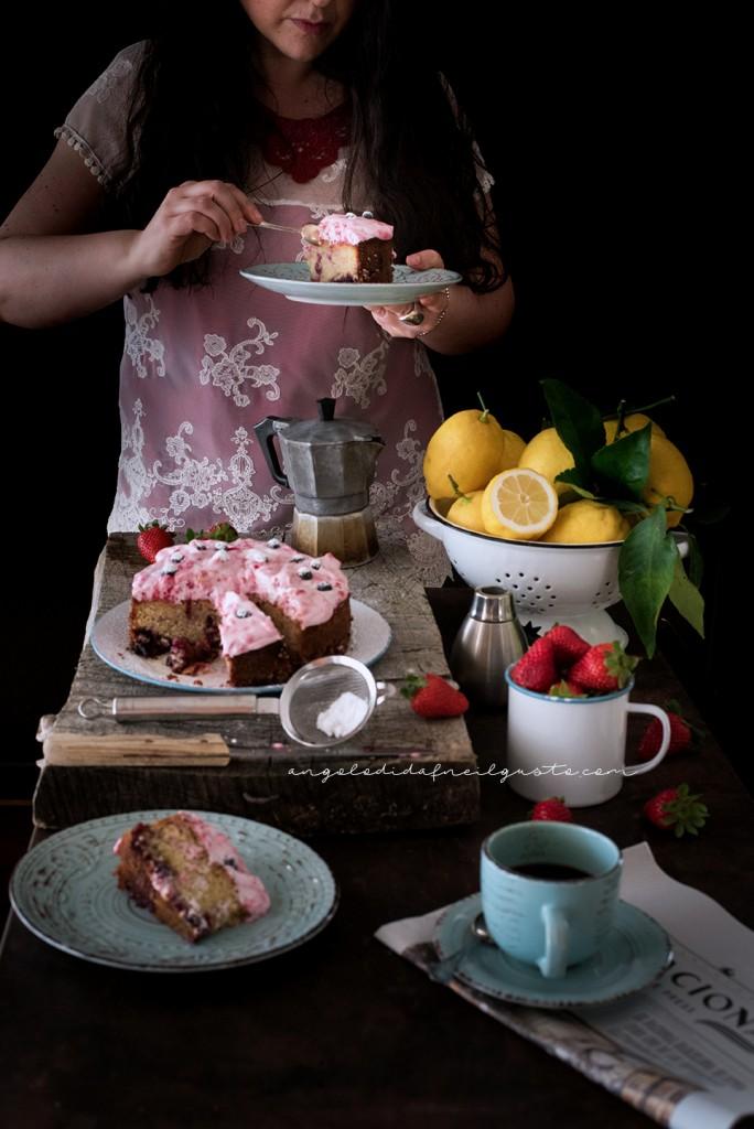 Torta con confettura di frutti rossi e frosting allo yogurt e lamponi94