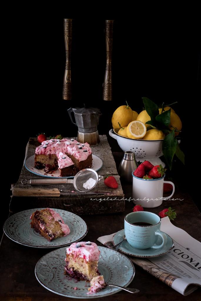 Torta con confettura di frutti rossi e frosting allo yogurt e lamponi98