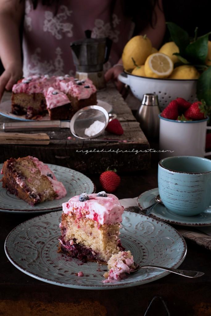 Torta con confettura di frutti rossi e frosting allo yogurt e lamponi99
