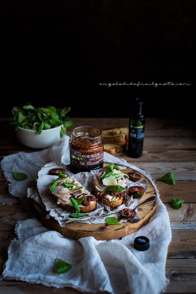 Crostoni con pestato di pomodori secchi ursini, robiola e praga 976