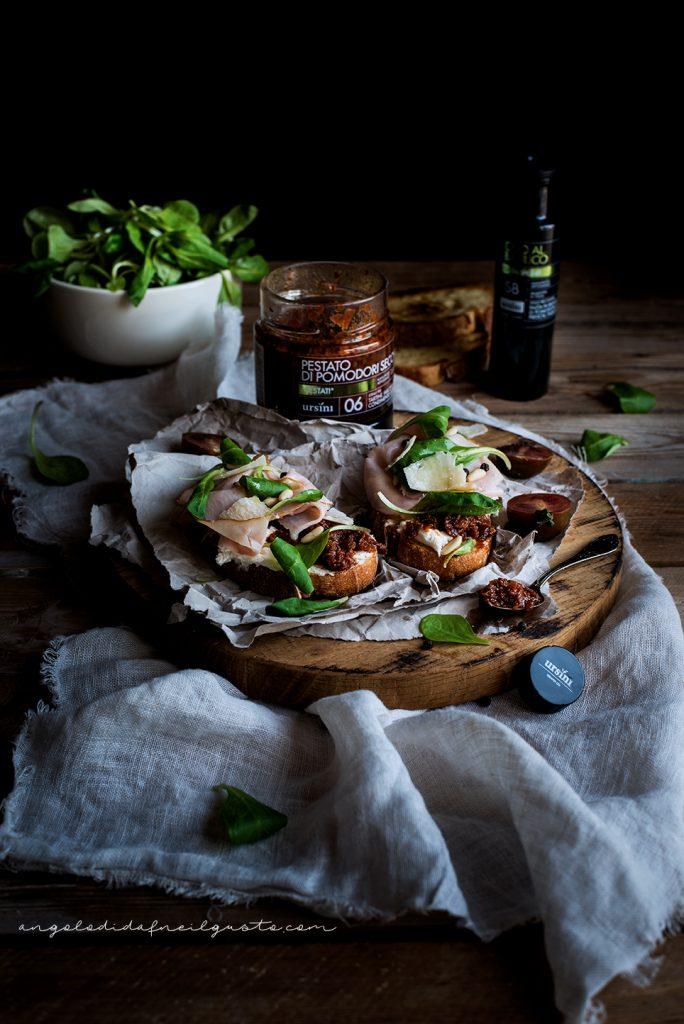 Crostoni con pestato di pomodori secchi ursini, robiola e praga 982