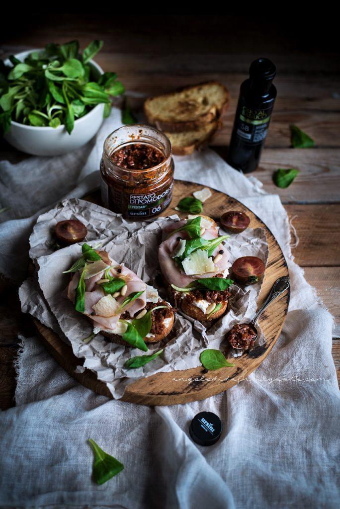 Crostoni con pestato di pomodori secchi ursini, robiola e praga 985