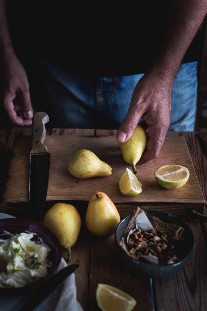 crostoni-al-mascarpone-crudo-e-pere-con-pistacchi-e-miele1