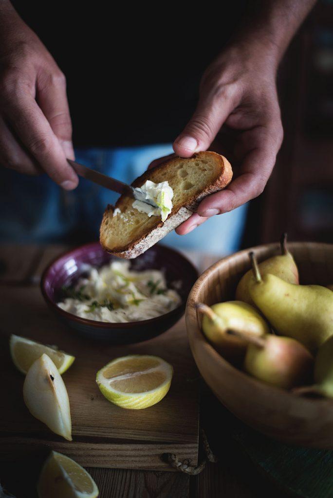 crostoni-al-mascarpone-crudo-e-pere-con-pistacchi-e-miele4