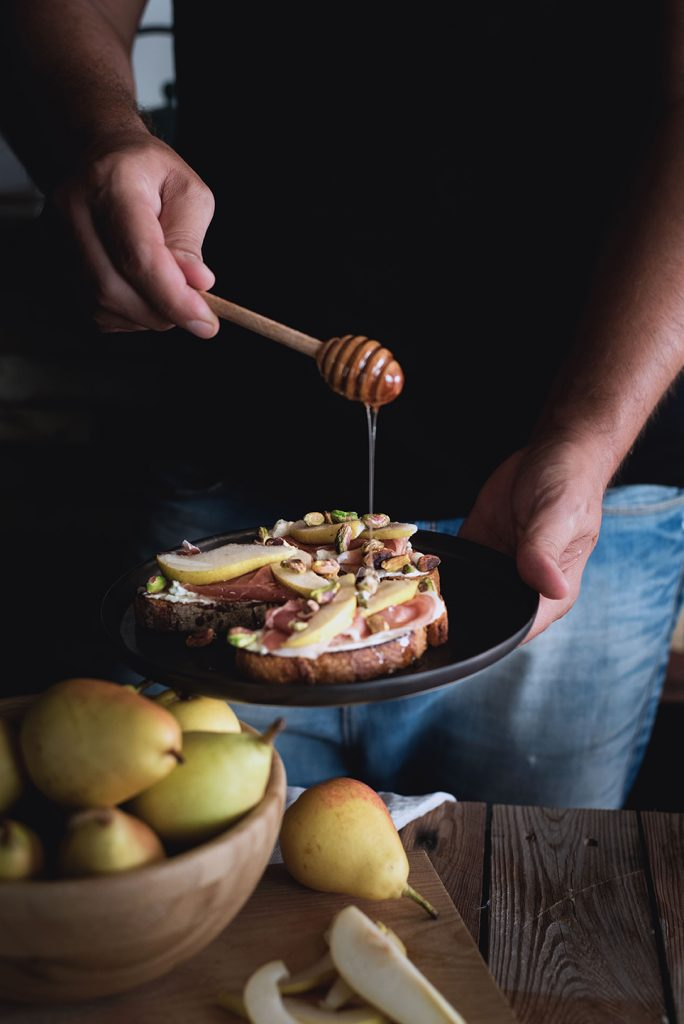 crostoni-al-mascarpone-crudo-e-pere-con-pistacchi-e-miele6