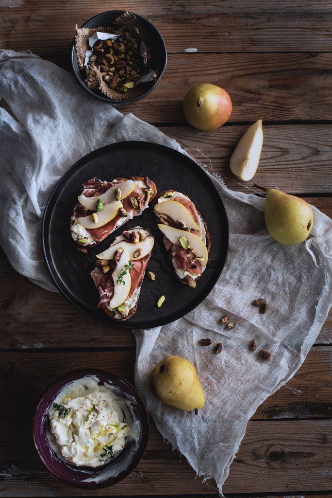 crostoni-al-mascarpone-crudo-e-pere-con-pistacchi-e-miele8