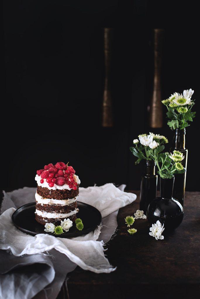 torta-al-cioccolato-e-cocco-con-panna-salsa-mou-anacardi-e-lamponi-05