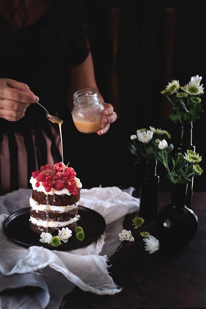 torta-al-cioccolato-e-cocco-con-panna-salsa-mou-anacardi-e-lamponi-10