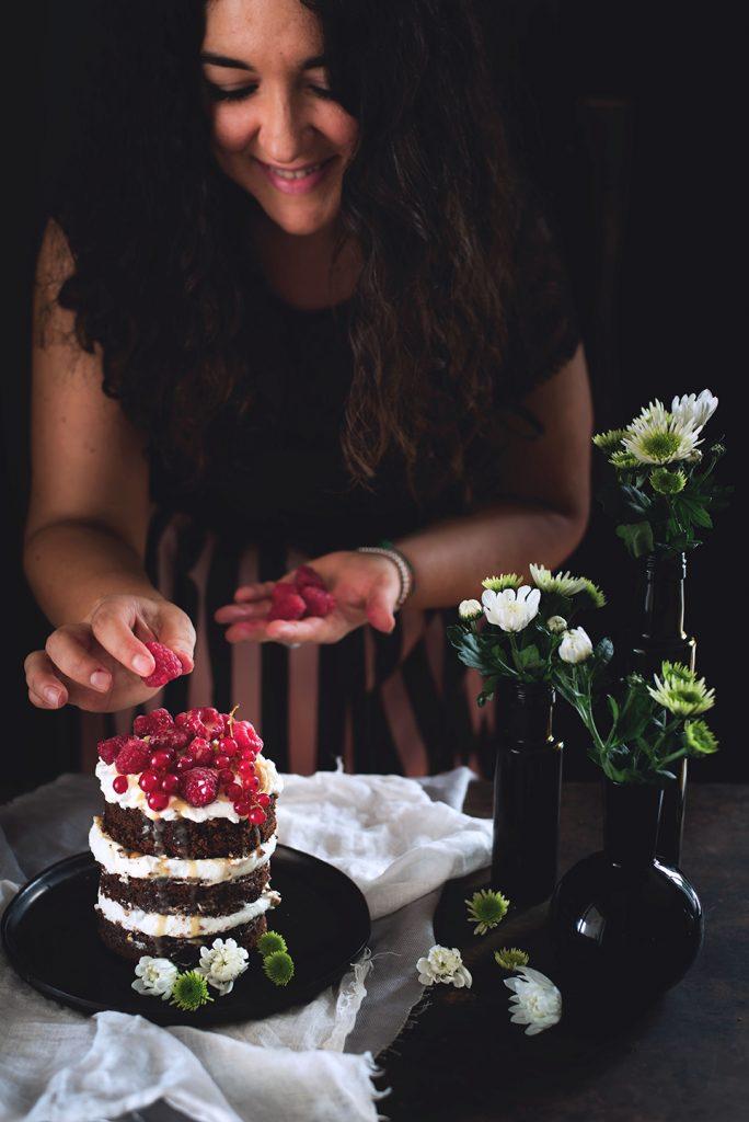 torta-al-cioccolato-e-cocco-con-panna-salsa-mou-anacardi-e-lamponi-35