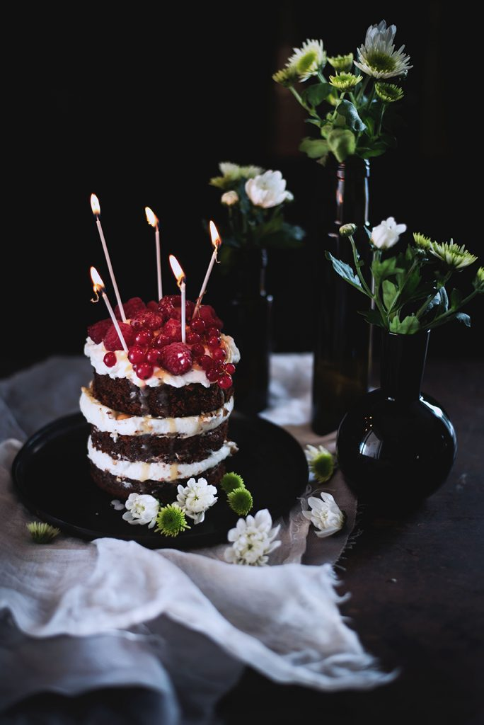 torta-al-cioccolato-e-cocco-con-panna-salsa-mou-anacardi-e-lamponi-59