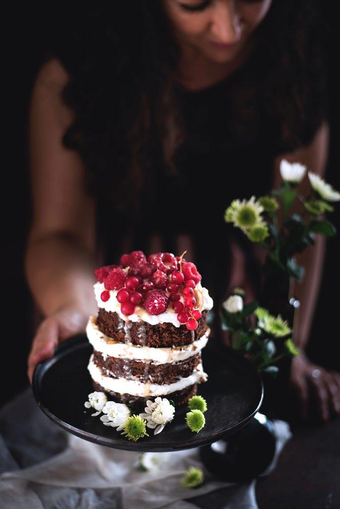 torta-al-cioccolato-e-cocco-con-panna-salsa-mou-anacardi-e-lamponi-78