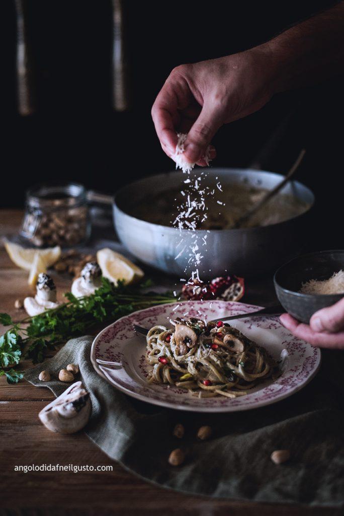 spaghettoni-con-crema-di-champignon-e-mascarpone-pistacchi-e-melagrana-3