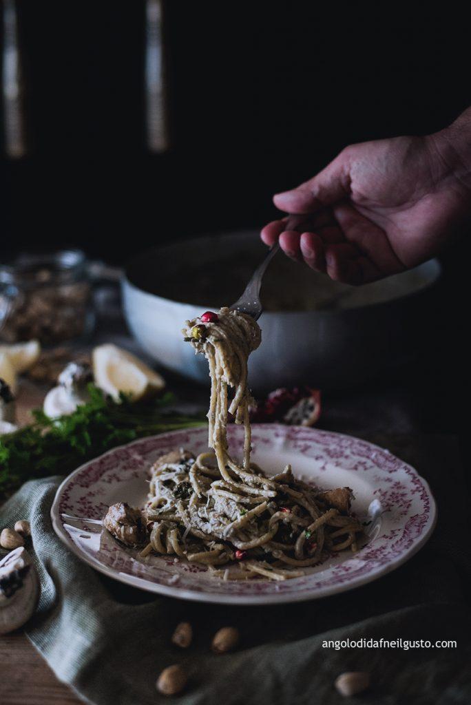 spaghettoni-con-crema-di-champignon-e-mascarpone-pistacchi-e-melagrana-4