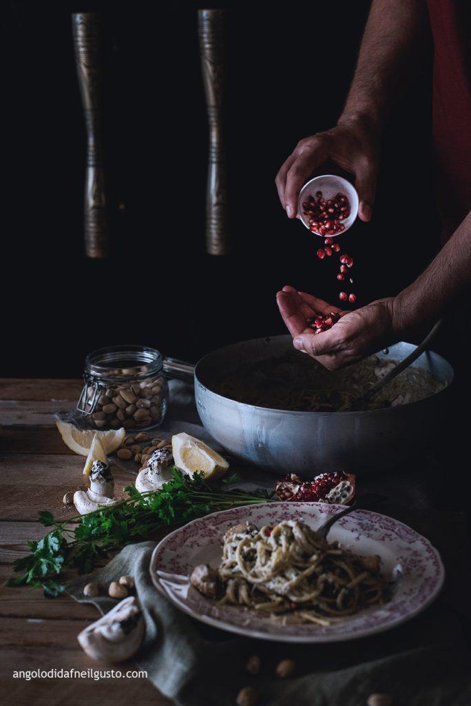 spaghettoni-con-crema-di-champignon-e-mascarpone-pistacchi-e-melagrana-6