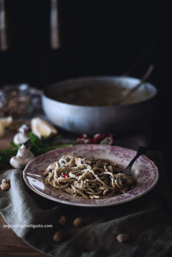 spaghettoni-con-crema-di-champignon-e-mascarpone-pistacchi-e-melagrana-7